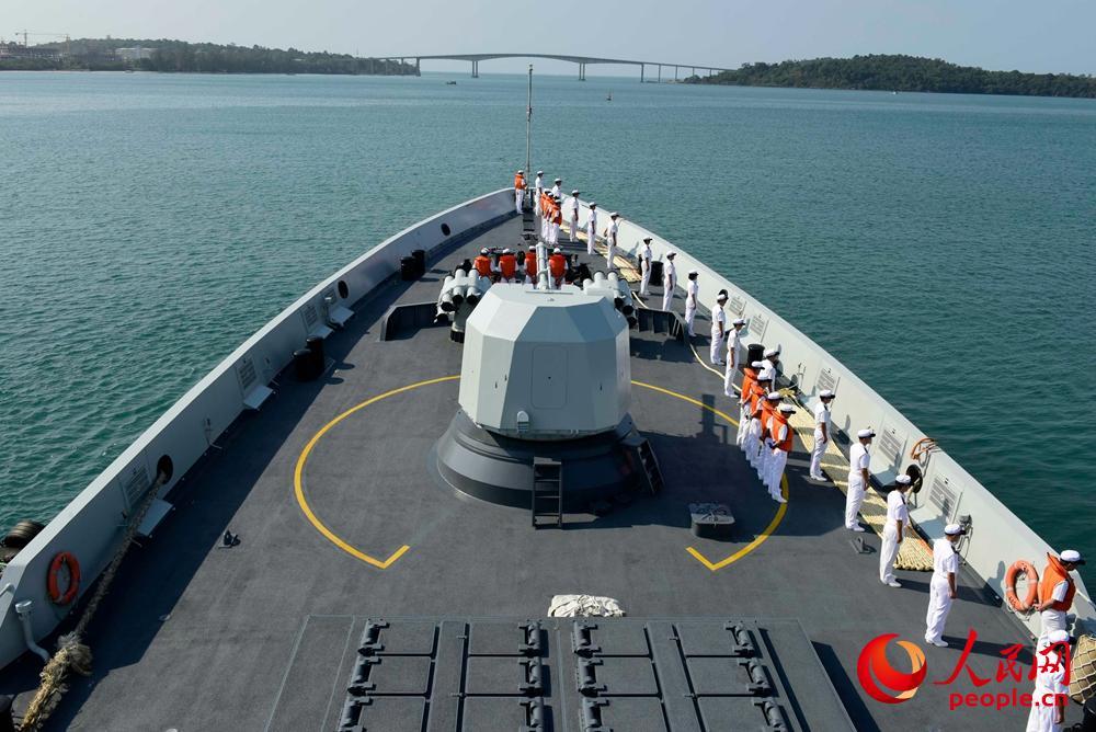 编队指挥舰芜湖舰驶进西哈努克港。来永雷摄