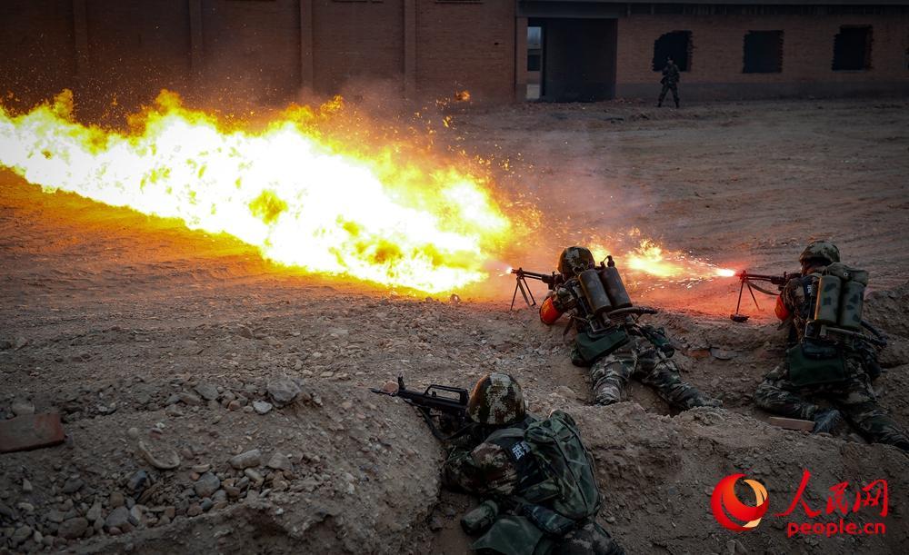 开训即开战 武警甘肃总队首长带队挺近大漠野营拉练