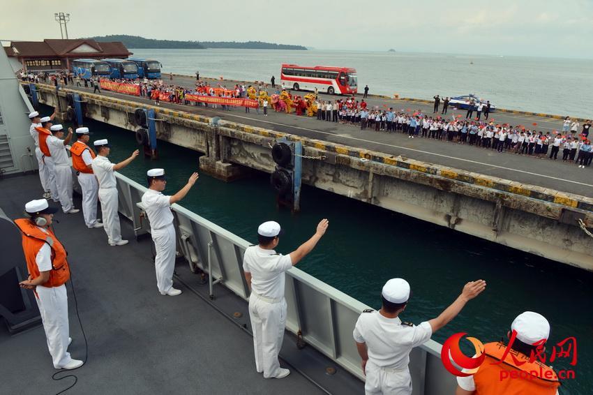 当地时间1月12日,海军第30批护航编队结束对柬埔寨访问。图为官兵向欢送人群挥手致意。张海龙摄