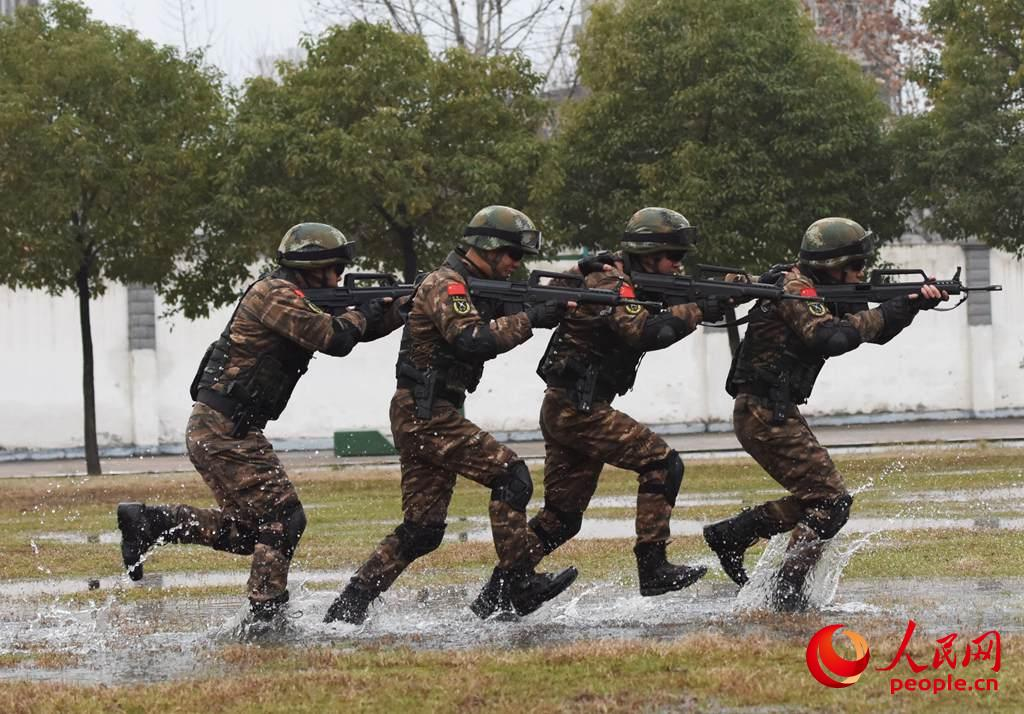 特种战术训练中快速追击目标。