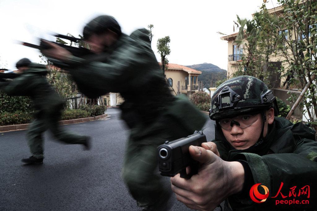 居民区。居民区岔路多,必须做好外围封控警戒,跃进中需要注意战友间的交替掩护。