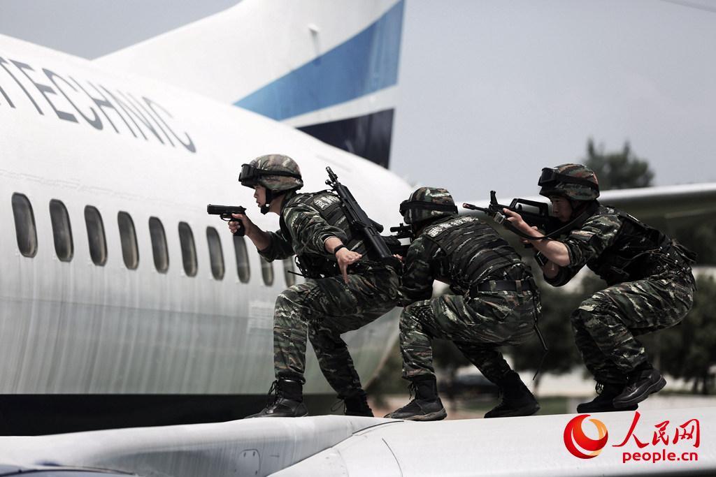 机场。民航机一旦发生劫持事件,机舱内部往往挤满了乘客,因此作战枪械越短越好,方便战术动作和快速射击。