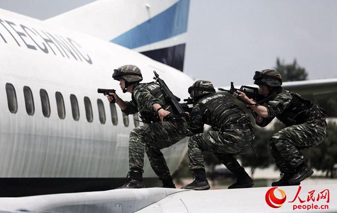 """上山下海,武警特战队贴近""""真实战场"""" 练兵备战"""