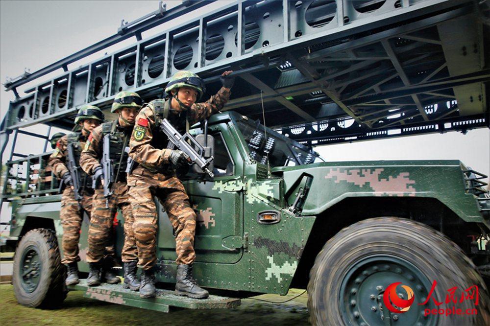 武警广西总队机动支队特战队员向任务地域接近。