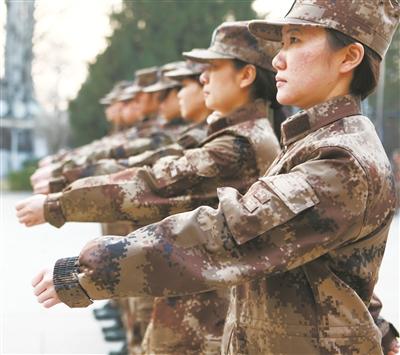 全军首批军事新闻文职人员正式列阵迷彩军营
