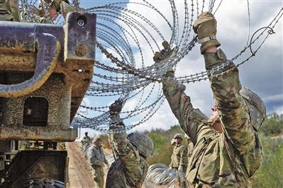 """特朗普拟""""挤""""军费修建边境墙"""
