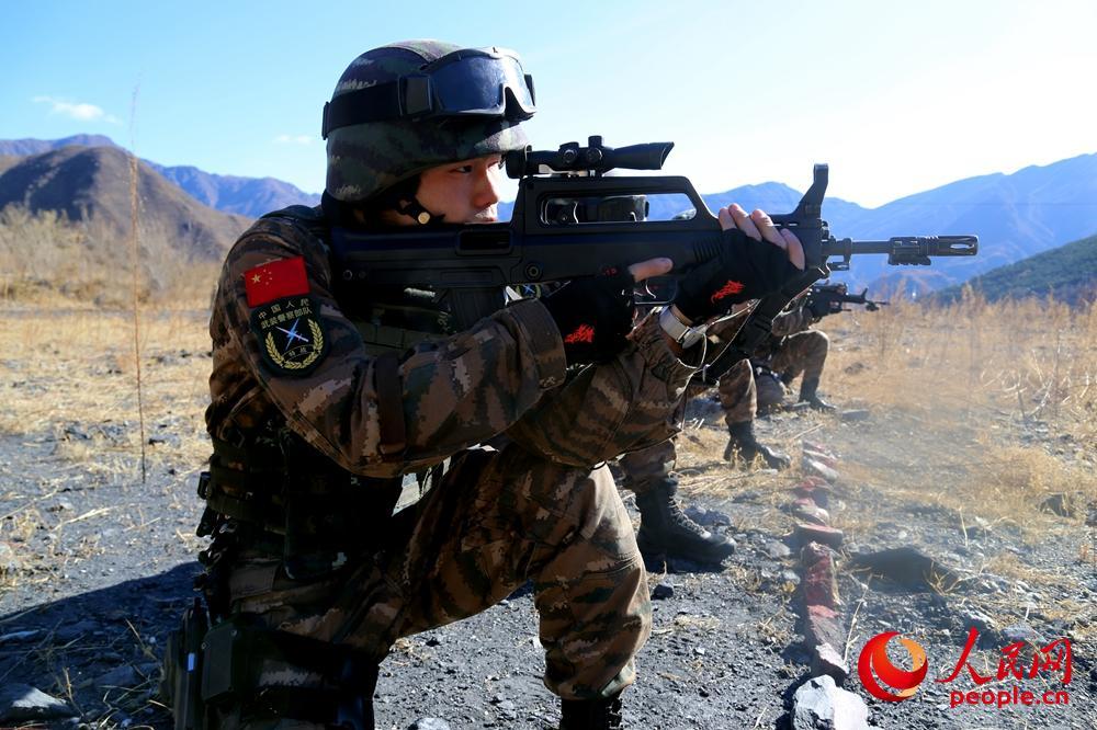 特战队员进行射击训练。