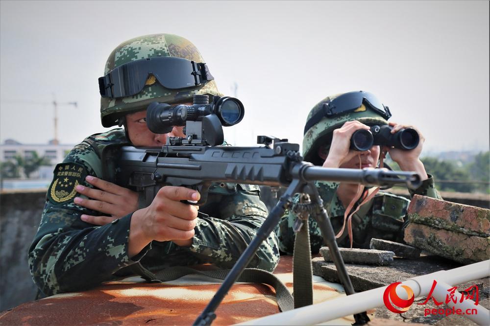 捕歼战斗训练中,狙击组占领制高点观察现场情况。