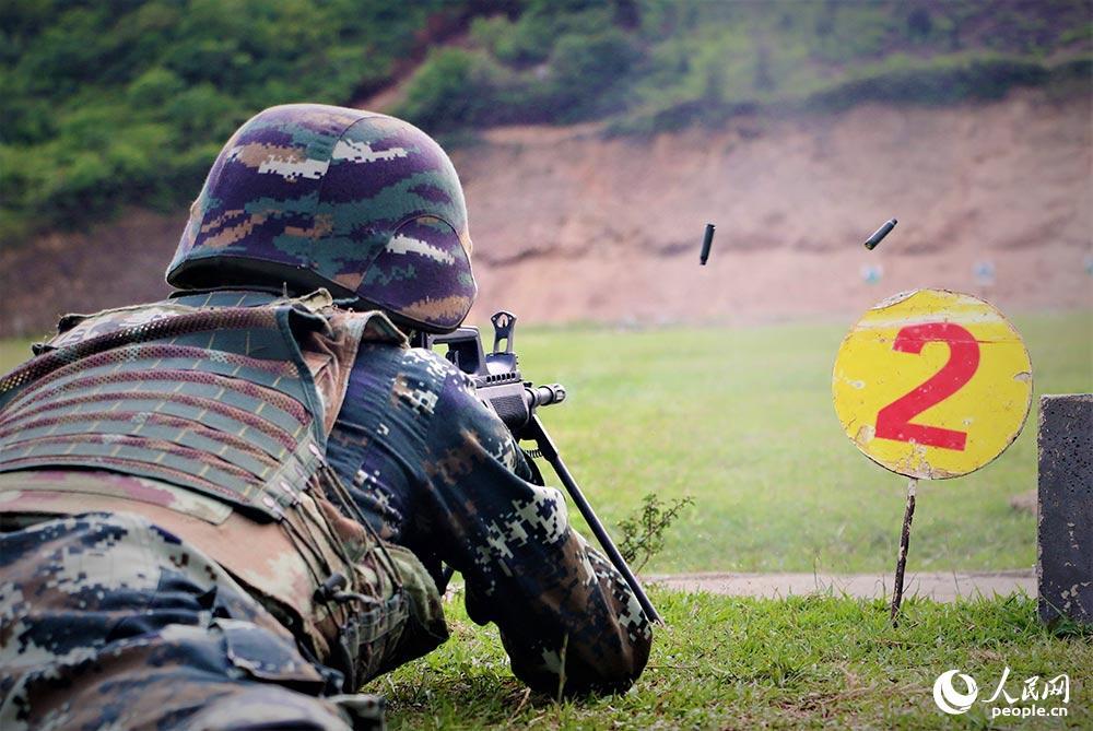 2019年4月9日,武警北海支队官兵在进行轻机枪对集团目标射击考核。