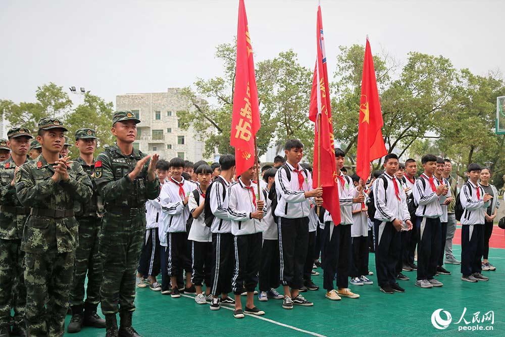 4月12日,官兵对学生们的到来表示热烈欢迎。