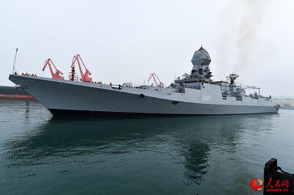 """印度海军""""加尔各答""""号导弹驱逐舰抵达青岛。雷声 摄"""