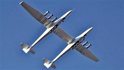 """这架据称是""""世界最大飞机""""采用双机身设计,看上去颇为独特"""
