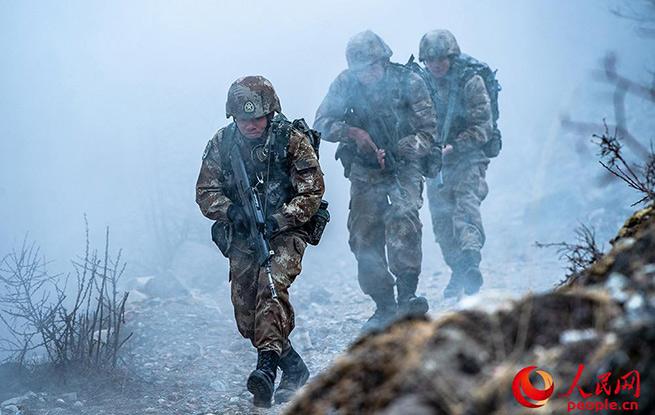西藏军区某旅雪山行军开展跨昼夜高寒山地综合演练
