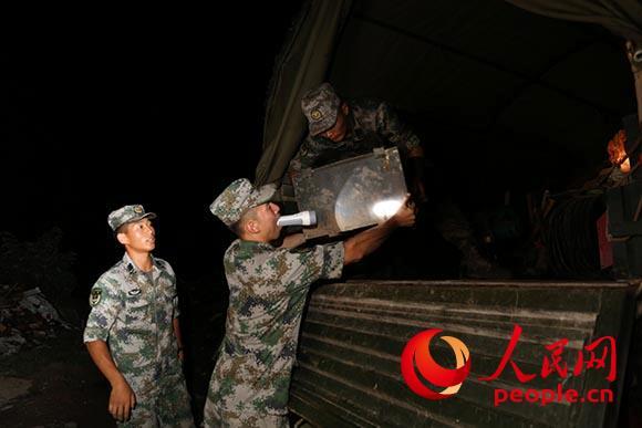 官兵们连夜装载物资。(摄影:尚明玺)