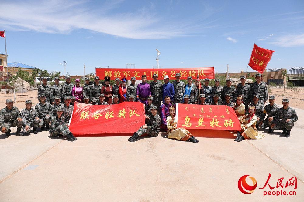 边防官兵与文艺轻骑队大合影。