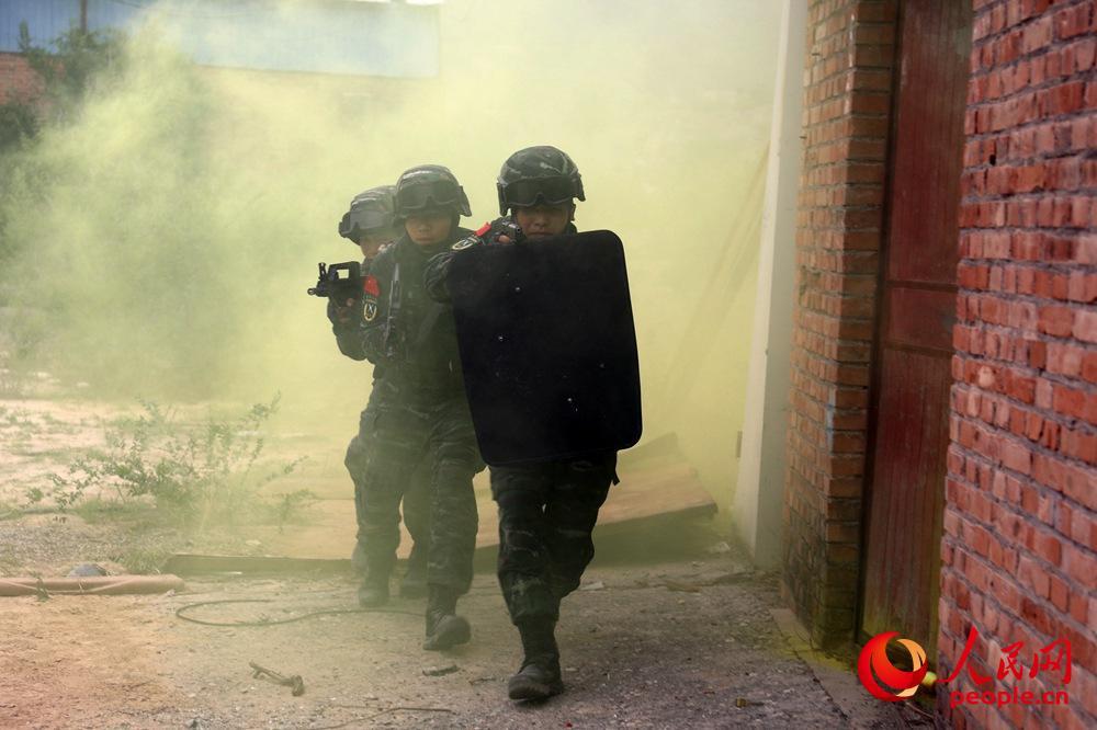 特战队员利用废弃房屋进行战术综合演练。