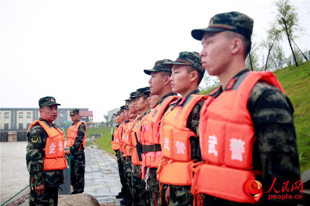 参谋长温新龙在现场对官兵下达救援命令。
