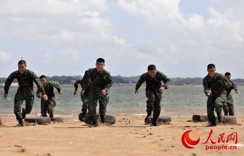 特战队员在海边进行负重冲刺训练