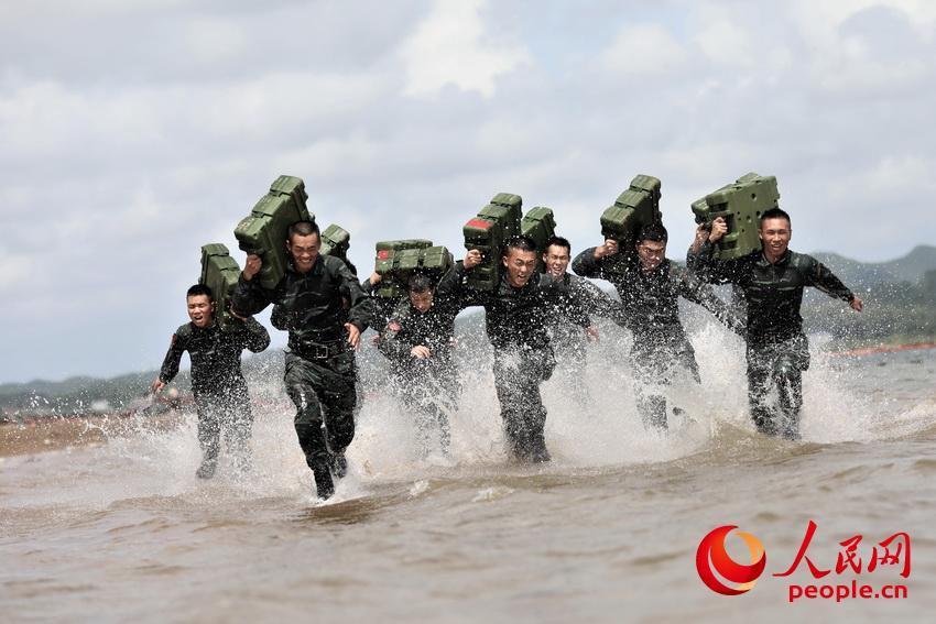 特战队员在海水中进行负重冲刺训练