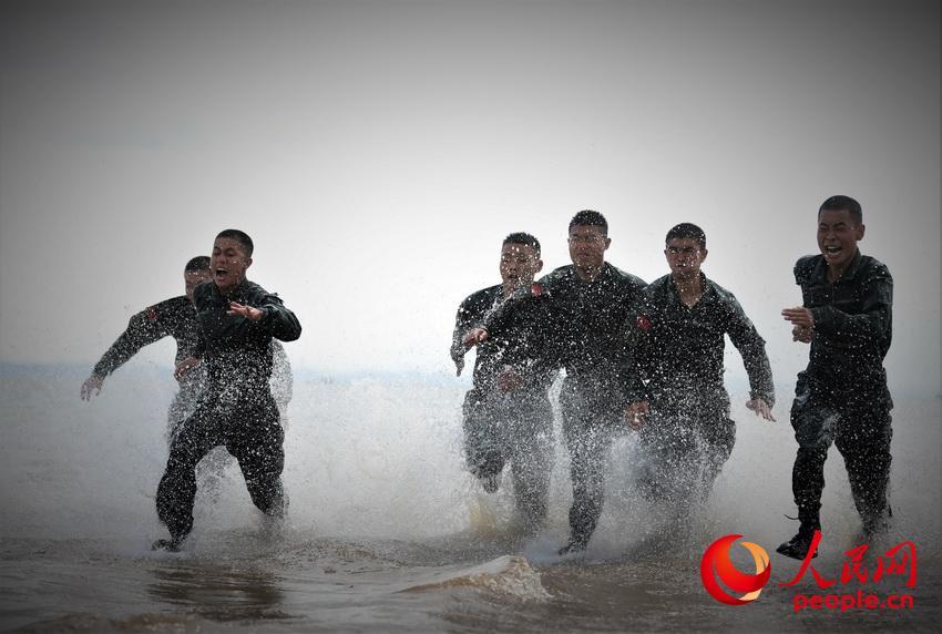 特战队员在海水中进行冲刺训练