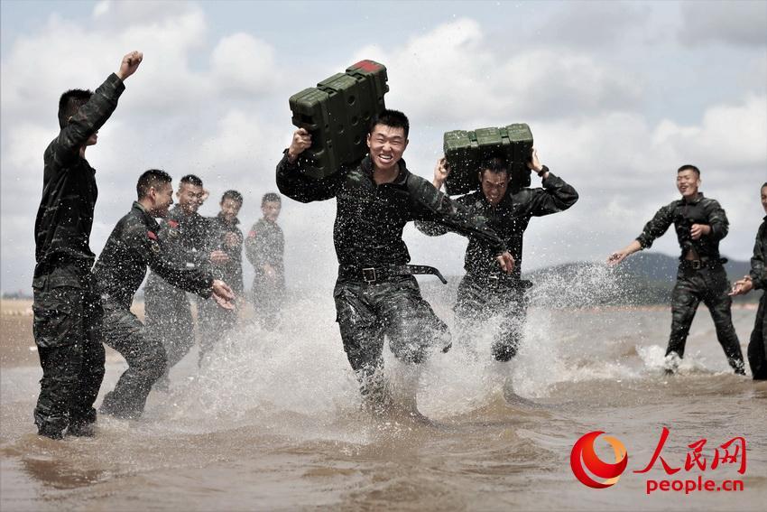 两名特战队员在海水中进行体能比拼