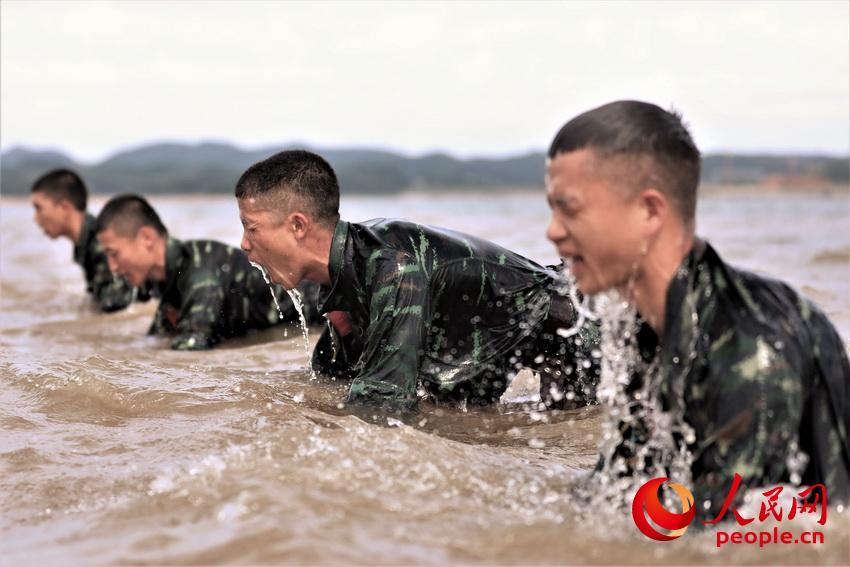 特战队员在海水中进行俯卧撑训练