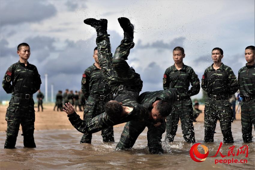 特战队员在海水中进行摔擒训练