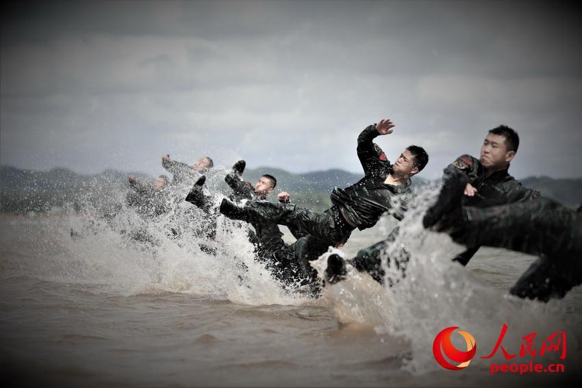 特战队员在水中进行倒功训练