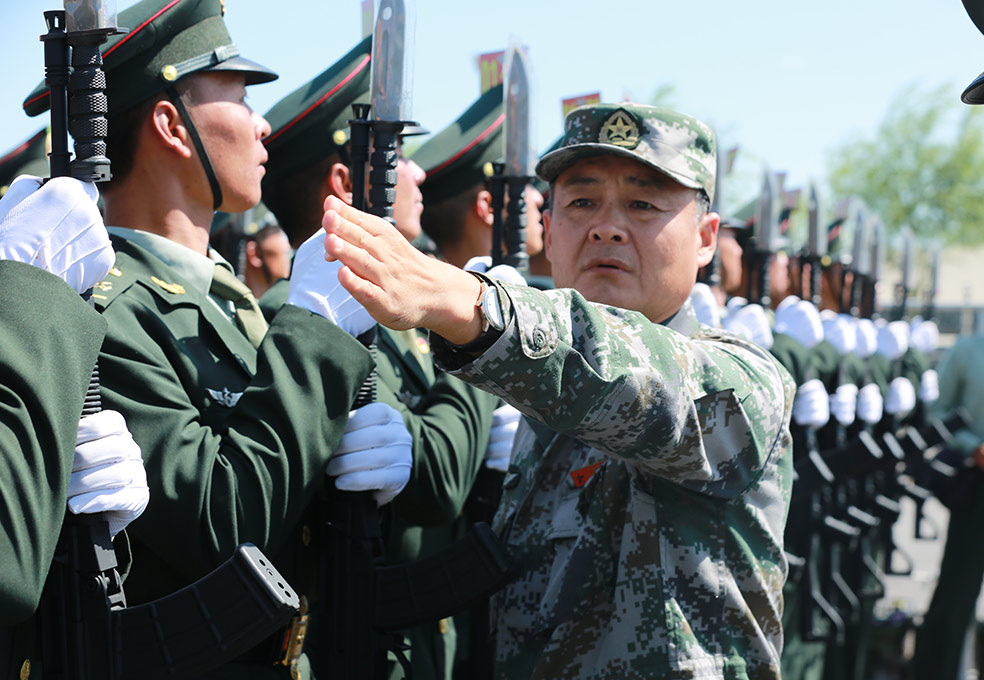 陆军方队方队长潘守勇正在标齐排面-。李赞摄