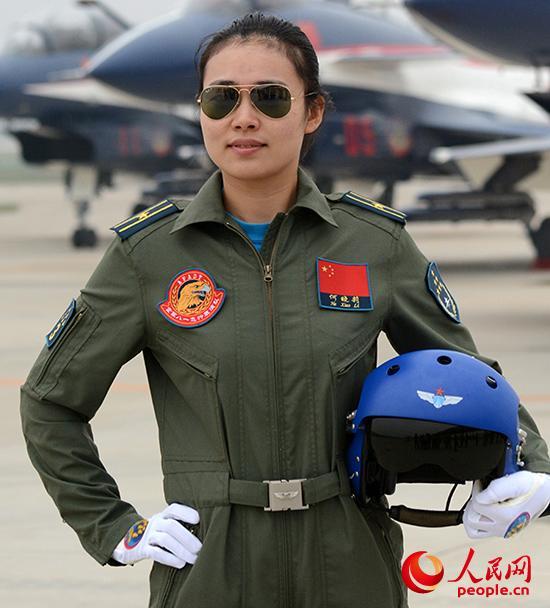 """领队机梯队女飞行员:""""雷霆玫瑰""""劲舞蓝天"""