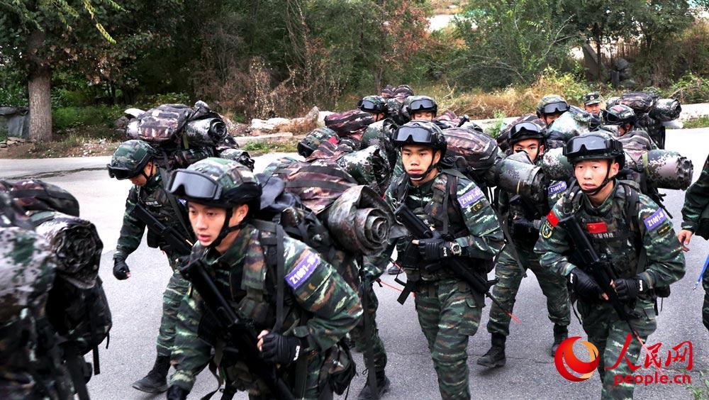 特战队员武装奔袭训练。梁蒋宇 摄