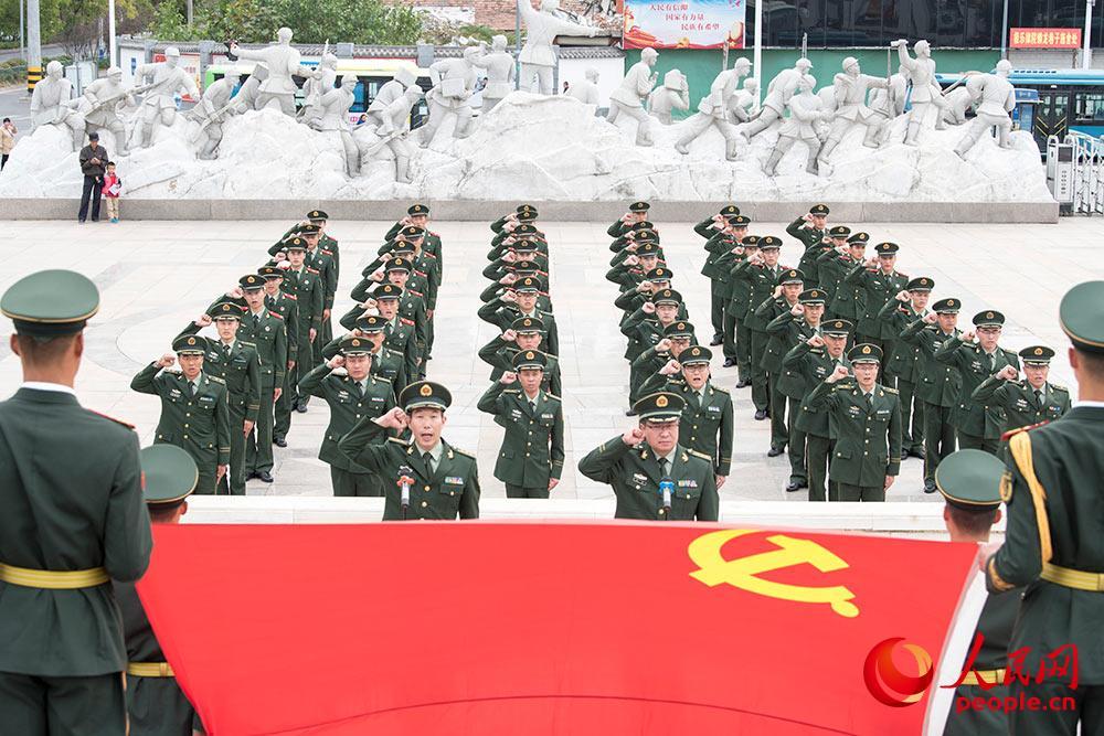 面对鲜红党旗,高举右手庄严宣誓,铮铮誓言立初心,灼灼韶华颂传承。