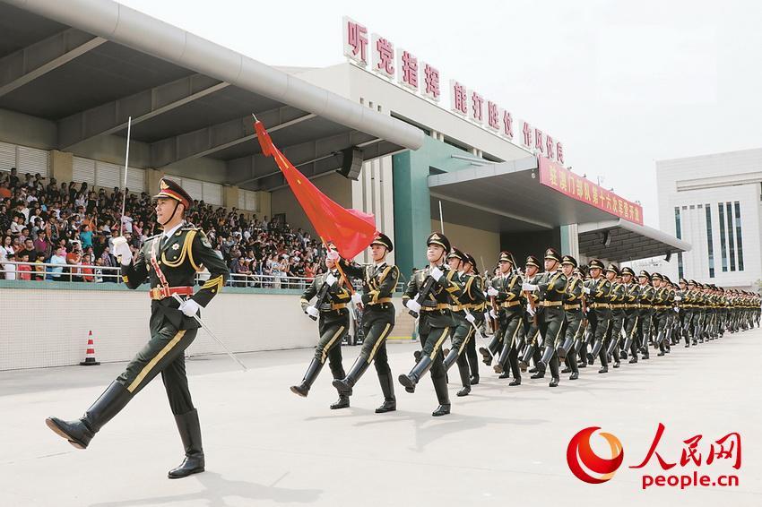 在今年5月举行的军营开放活动中,驻澳门部队仪仗队通过观礼台。叶华敏摄