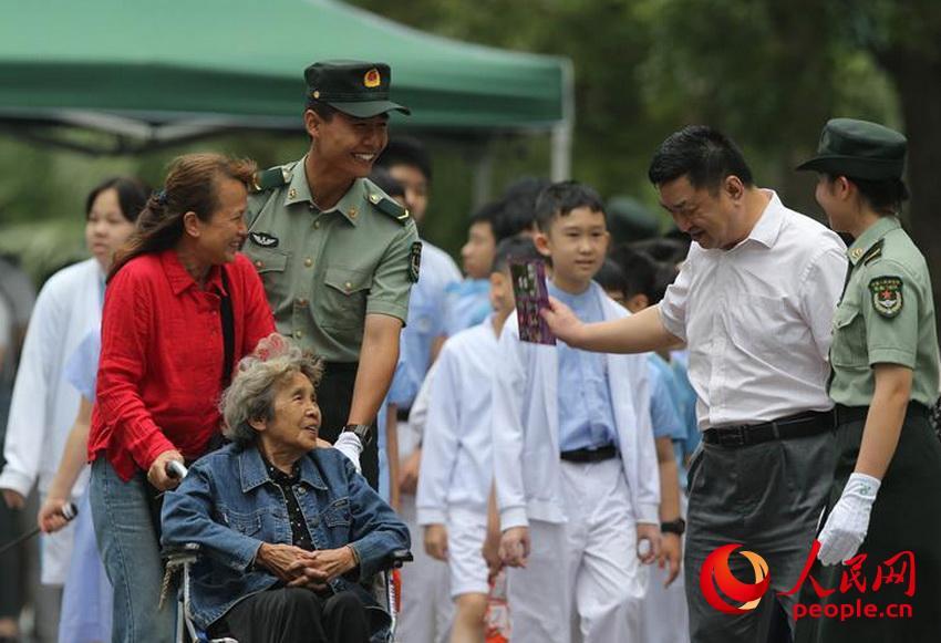 军营开放活动中,驻澳门部队官兵热心帮助老幼(2019年5月2日摄)。(叶华敏 摄)