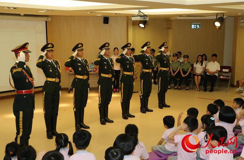 驻澳门部队官兵慰问幼稚园小朋友(2015年5月28日摄)。 (叶华敏 摄)