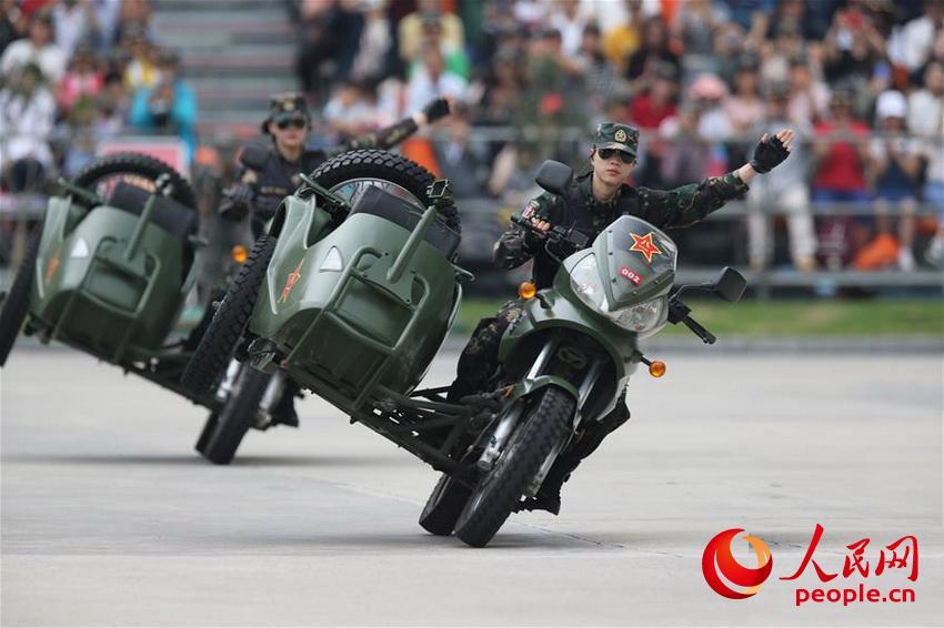 驻澳门部队举行军营开放活动,女兵进行摩托车驾驶演示(2019年5月2日摄)。(叶华敏 摄)