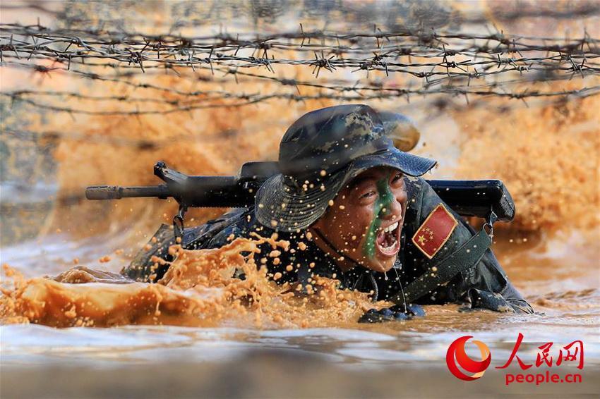 驻澳门部队特种作战连战士在训练中通过泥潭(2019年11月22日摄)。 琚振华 摄