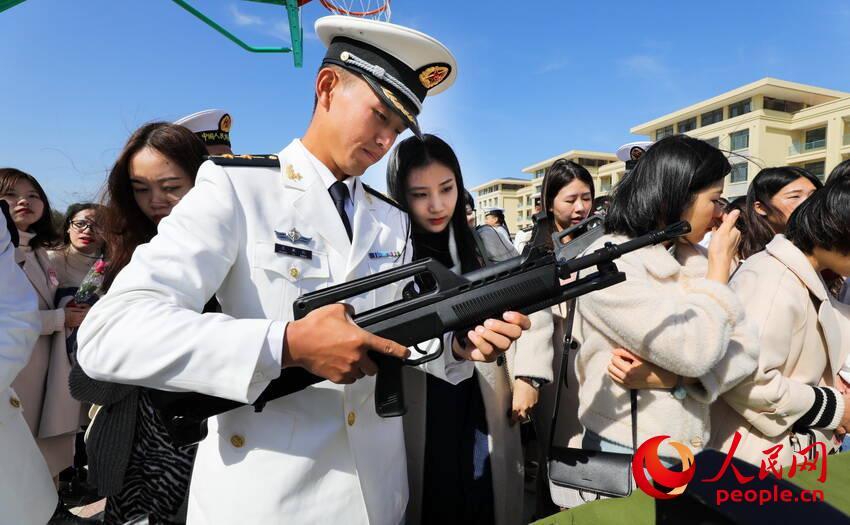 兵哥哥向女嘉宾介绍武器装备