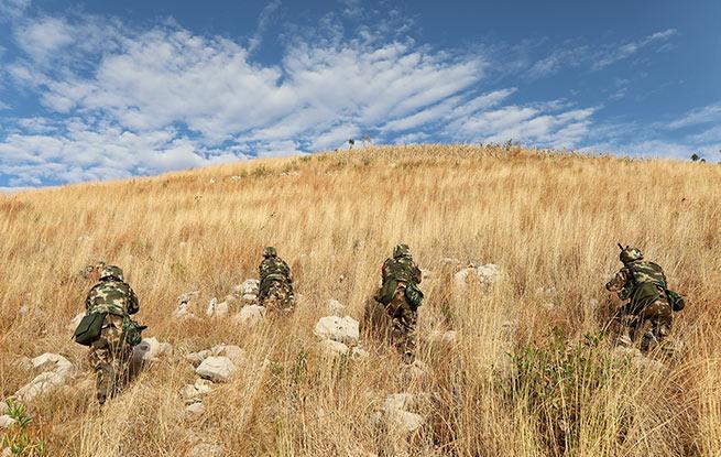 """武警某部机动八支队野营拉练途中全歼来犯之""""敌"""""""