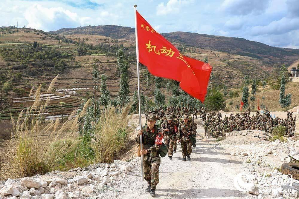 行军途中,战旗迎风飘扬。