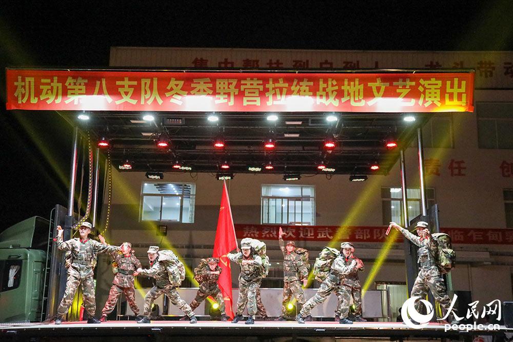 经过一天的长途跋涉,到了宿营地,官兵尽享战地文化盛宴。