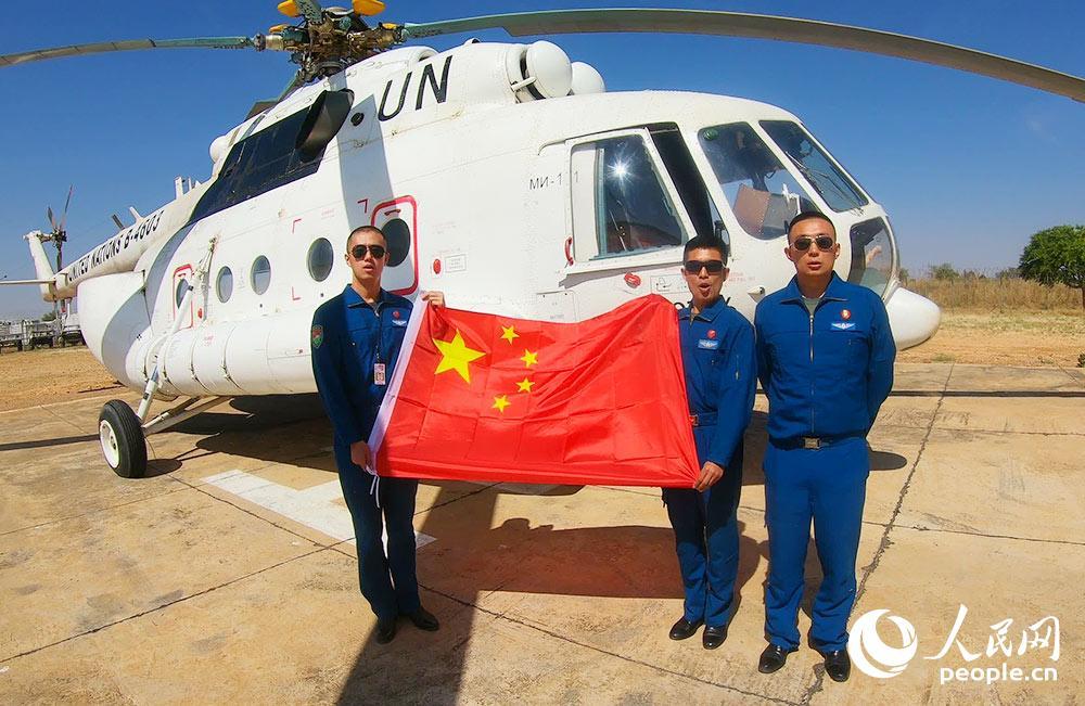 机组成员完成首飞任务