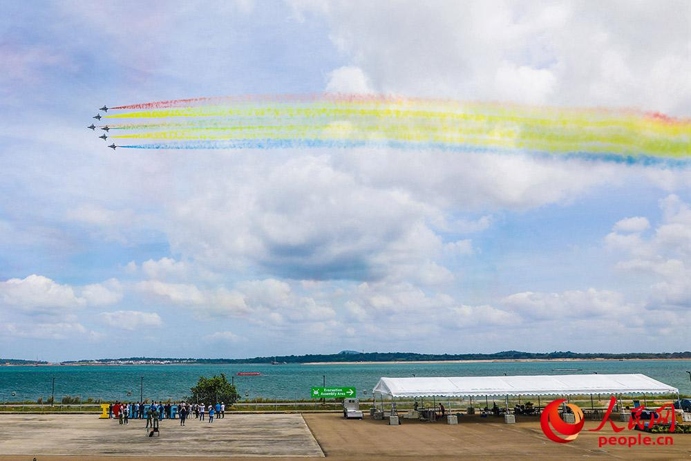 2月8日上午,中国空军八一飞行表演队正在进行新加坡航展检验性飞行。朱姜海 摄