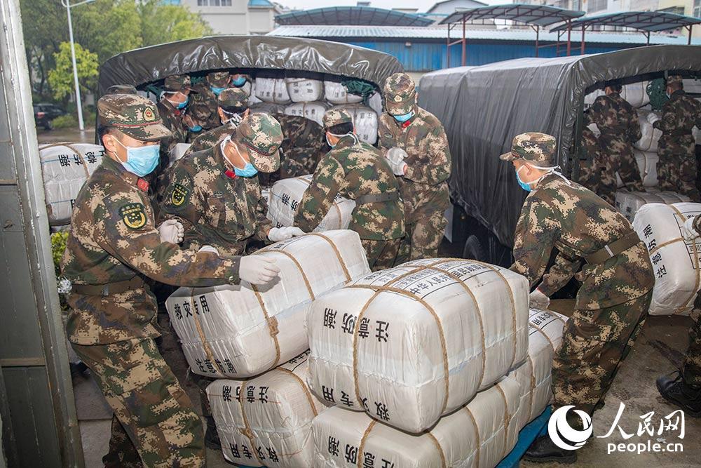 武警官兵紧急搬运300余吨疫情防控救援物资