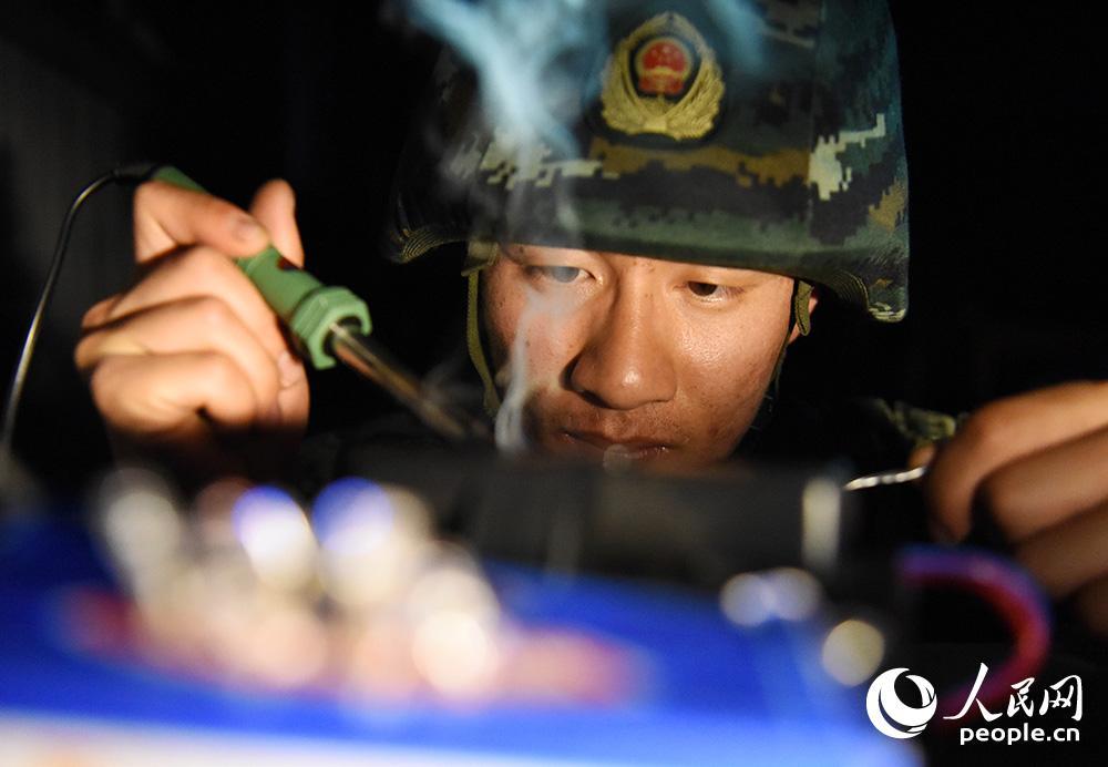 """姚文強在進行制作""""爆炸物""""訓練。"""