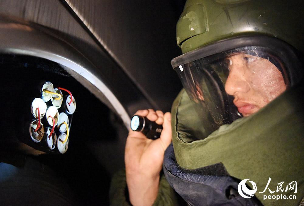 """姚文強在進行甄別""""爆炸物""""訓練。"""