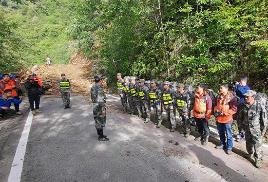 云南省贡山县组织民兵突击队驰援独龙江乡开展抢险救援工作