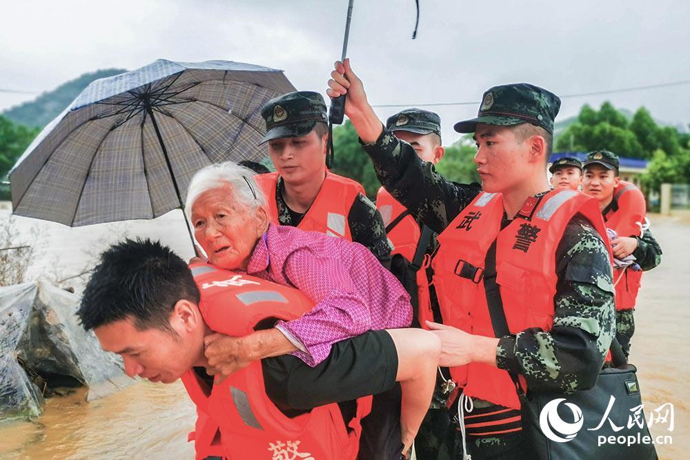 广西贺州:连续强降雨引发多地洪涝灾害 武警官兵火速驰援