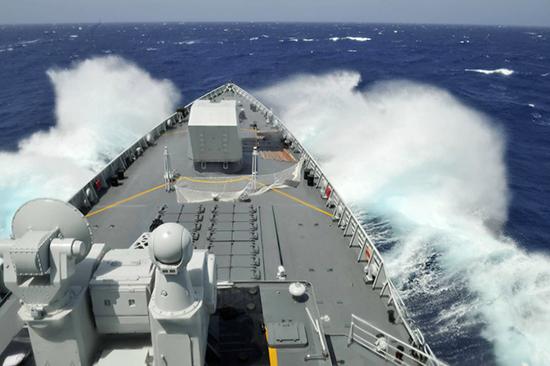 海军第35批护航编队组织太原舰进行主副炮实弹射击训练