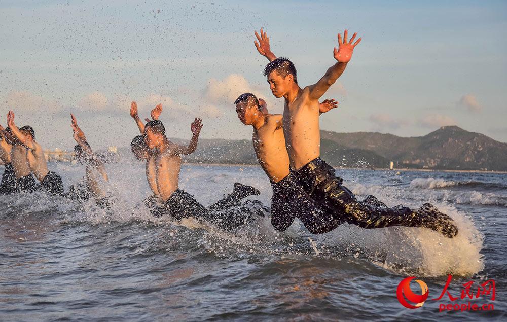在海水中进行倒功训练。